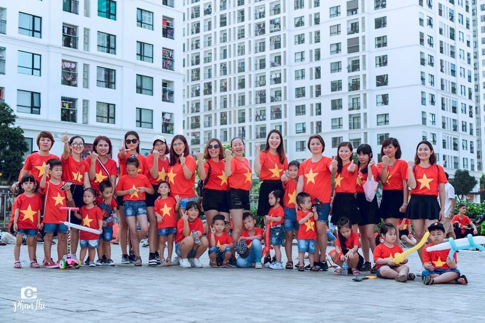 Trong hình ảnh có thể có: 22 người, mọi người đang cười, mọi người đang đứng, giày, trẻ em và ngoài trời