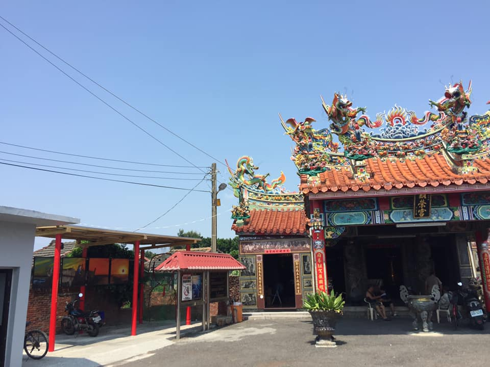 彰化臺西村的顯榮宮,屋頂裝設 3 KW 太陽能板,發電自用,是臺灣第一座光電宮廟。圖片來源│主婦聯盟