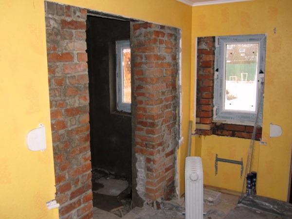 Уменьшение дверного проема при помощи кирпичной кладки