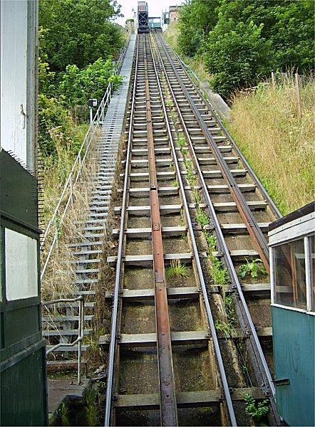 https://upload.wikimedia.org/wikipedia/commons/9/92/Scarborough_South_Cliff_Lift_-_Track.jpg