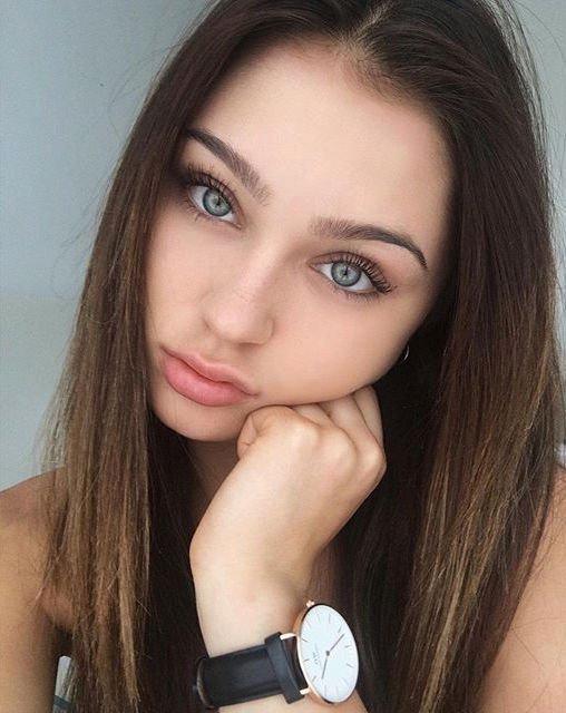 Resultado de imagen de mujeres con ojos azules y buen cuerpo y pelo castaño