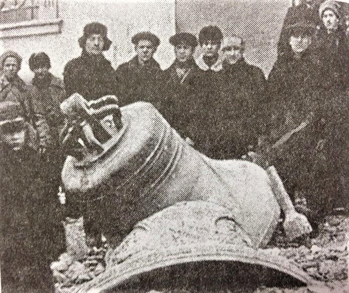Початок 1930-го. З тільки-но закритої Вознесенської церкви знімають дзвони