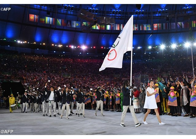 Rose Lokonyen carries the flag of the Refugee Olympic Team during the opening ceremony in Rio 2016 - AFP