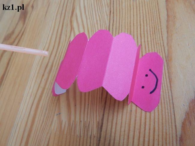 chodząca gąsienica z papieru