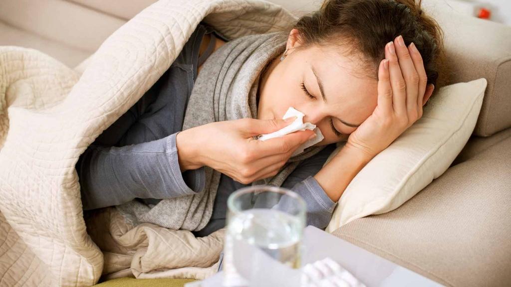Bệnh cảm cúm gây ra các triệu chứng như sốt cao, sổ mũi, chóng mặt
