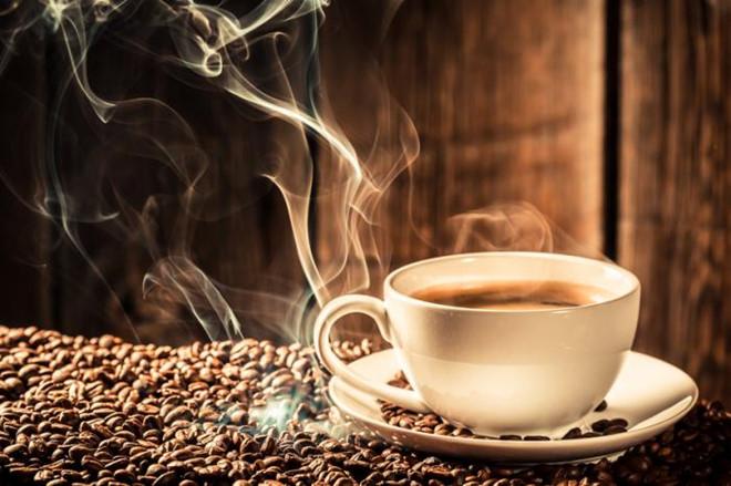 Cà phê nguyên chất giúp chị em có làn da dưới mắt mịn màng và tươi sáng hơn