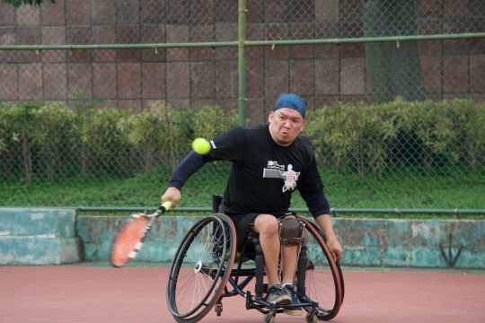 輪網選手奮力擊球的畫面。