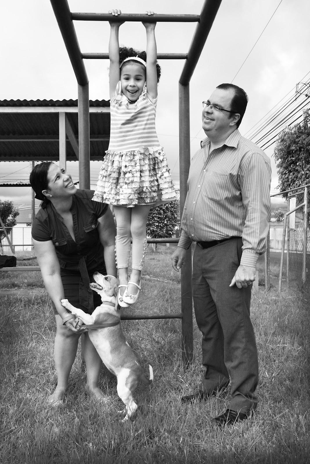 Familia: Su esposa Yoslaidy Rivera, su hija Ivanna Vargas y su mascota Ela. (Foto: Ruth Garita/OCM)