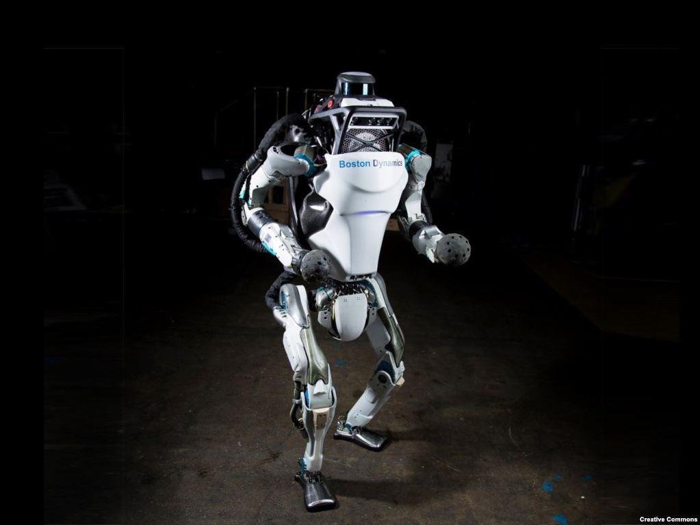"""Гуманоид """"Атлас"""" был разработан на деньги Министерства обороны США. Ни один солдат в мире не может сравниться с этой машиной, особенно по части силы. Технология военных роботов развивается стремительно, и так же стремительно развивается создание искусственного интеллекта. Так что попытки соединить два технологических прорыва на поле боя будут делаться непременно."""