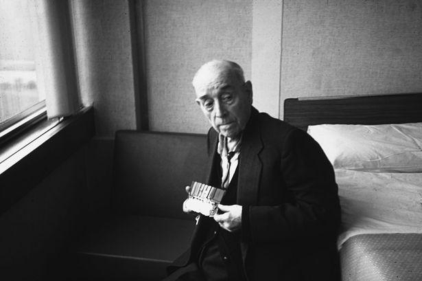 Henry Tandey, Man who didn't kill Hitler - Henry Tandey aged 85 holding his medals at the Walsgrave hospital Coventry December (1976)