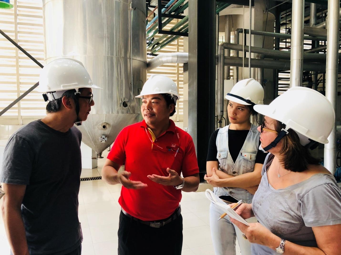 2. Đoàn phóng viên tham quan Nhà máy tinh luyện dầu cá của công ty Sao Mai AFO.jpeg