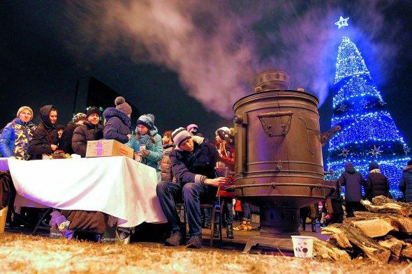 Люди зібралися біля самовара під час включення вогнів новорічної ялинки вконтрольованому росіянами Донецьку, 21грудня 2018року