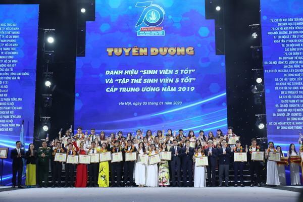 """Chi đoàn Quản trị dịch vụ Du lịch và Lữ hành khóa 1 - Phân hiệu Đại học Thái Nguyên tại Lào Cai nhận danh hiệu Tập thể """"Sinh viên 5 Tốt"""" cấp Trung ương năm 2019"""