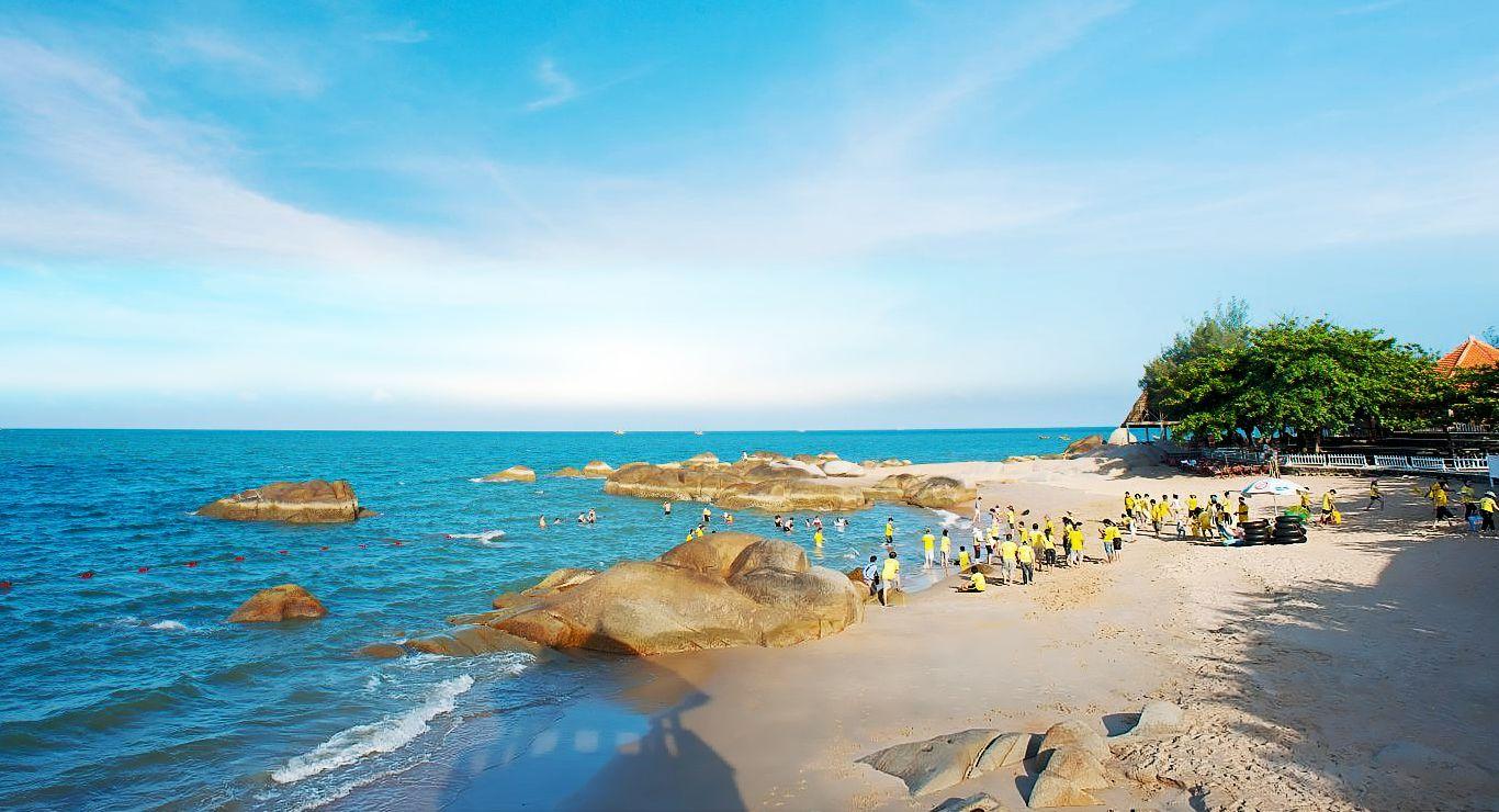 Bạn sẽ được hòa mình vào làn nước trong xanh khi du lịch ở Long Hải Dinh Cô
