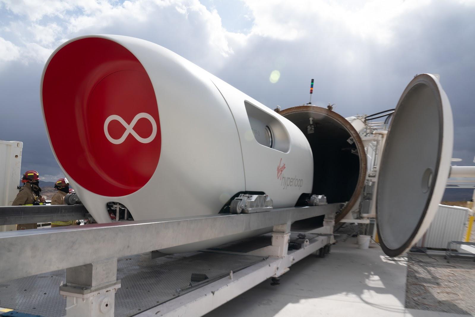 Cápsulas comerciais transportarão de 25 a 30 pessoas. Segundo a empresa, a velocidade pode chegar a mais de 1000 km/h. (Divulgação / Virgin Hyperloop)