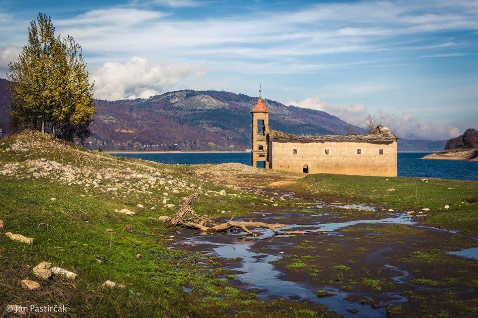 Kostol v jazere Mavrovo