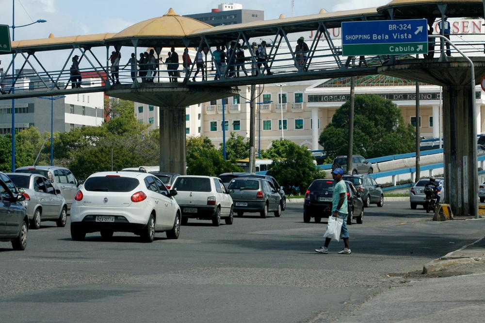 Equipamentos para pedestres, na verdade, garantem velocidade ao tráfego de automóveis. (Fonte: Shutterstock)