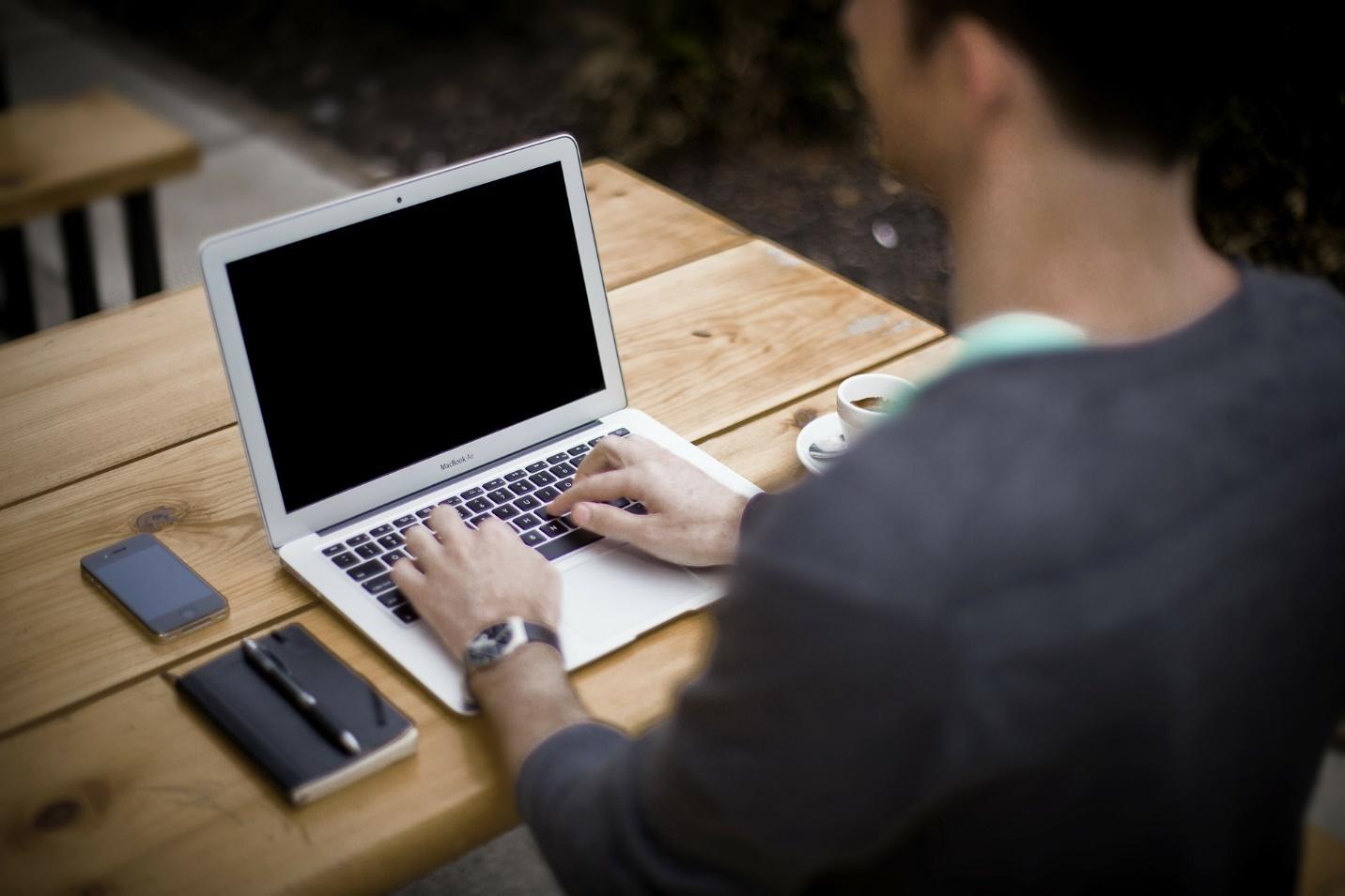 Картина, която съдържа текст, лице, лаптоп, електроника  Описанието е генерирано автоматично