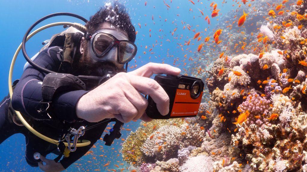 """3 เหตุผลที่ต้องซื้อ """"กล้องกันน้ำ"""" ไปทะเล1"""