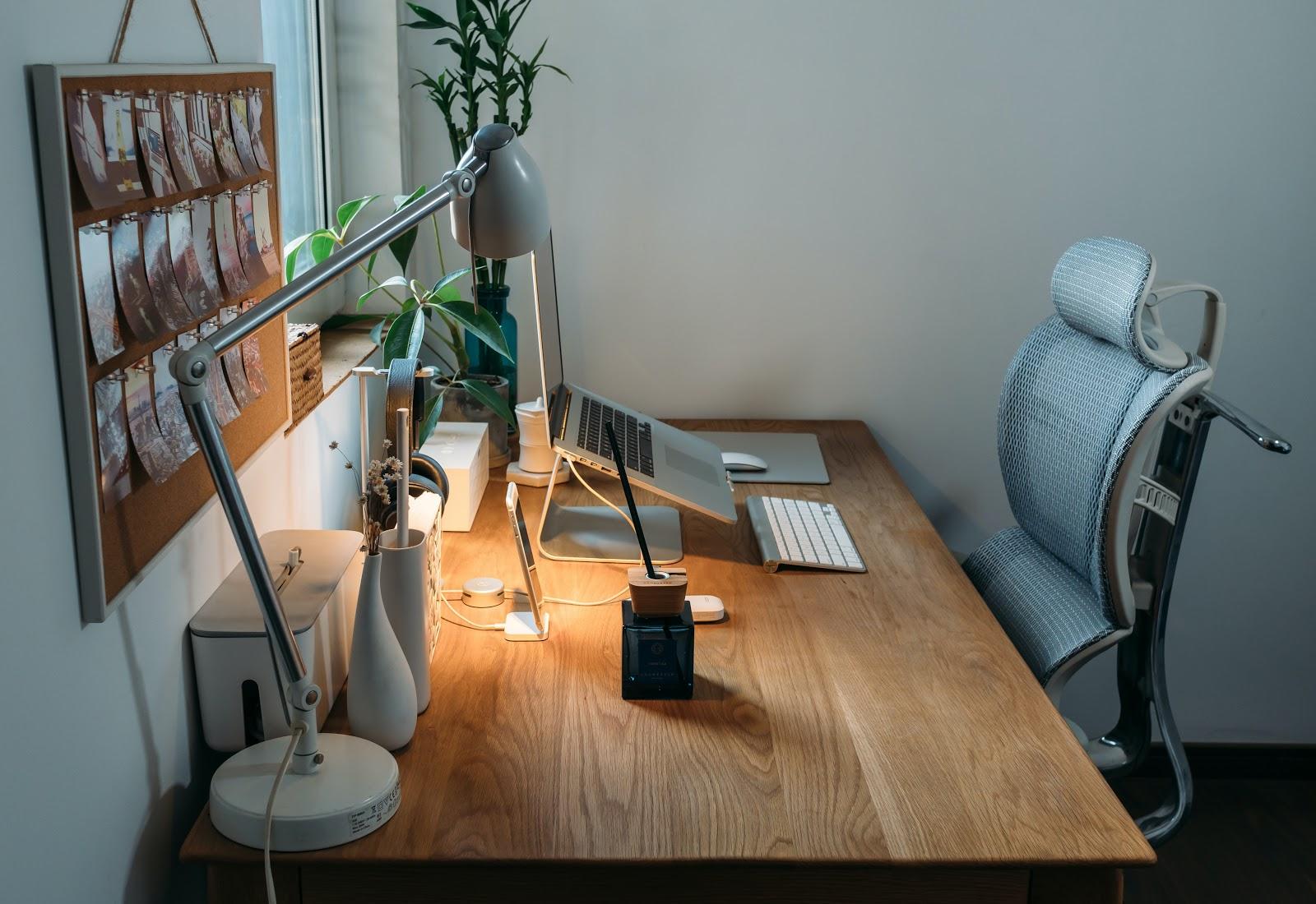 Um cantinho de home office com uma cadeira ergonômica.