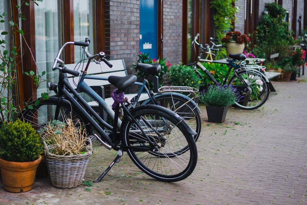 As calçadas de Amsterdã já são tradicionalmente bastante ocupadas por bicicletas.