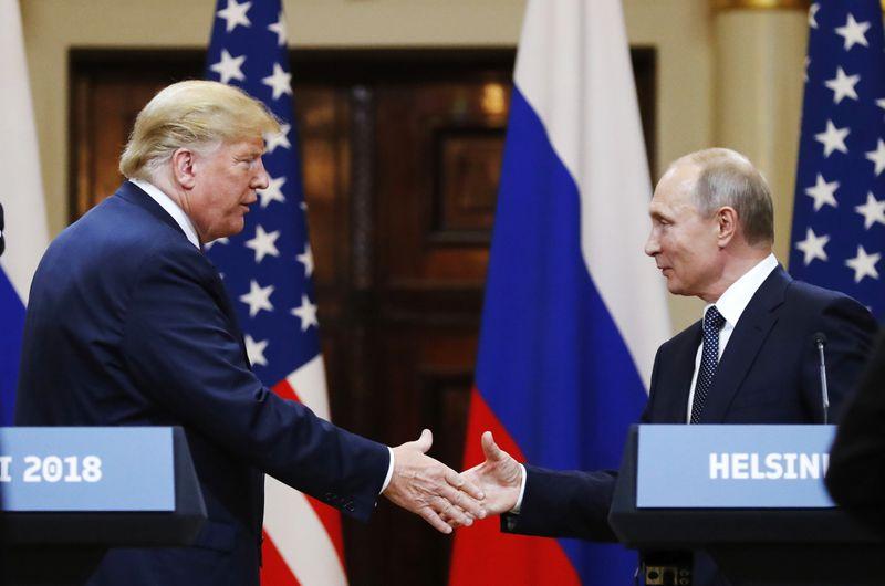 ФАЙЛ - На этой файловой фотографии, сделанной в понедельник, 16 июля 2018 года, президент США Дональд Трамп (слева) пожимает руку президенту России Владимиру Путину в конце пресс-конференции после их встречи в Президентском дворце в Хельсинки, Финляндия.