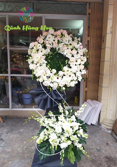 Lẵng hoa hồng trắng và hoa cát tường