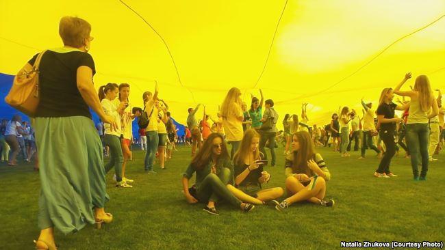 Бахмутяни під час урочистого розкриття найбільшого українського прапору, 23.08.2014