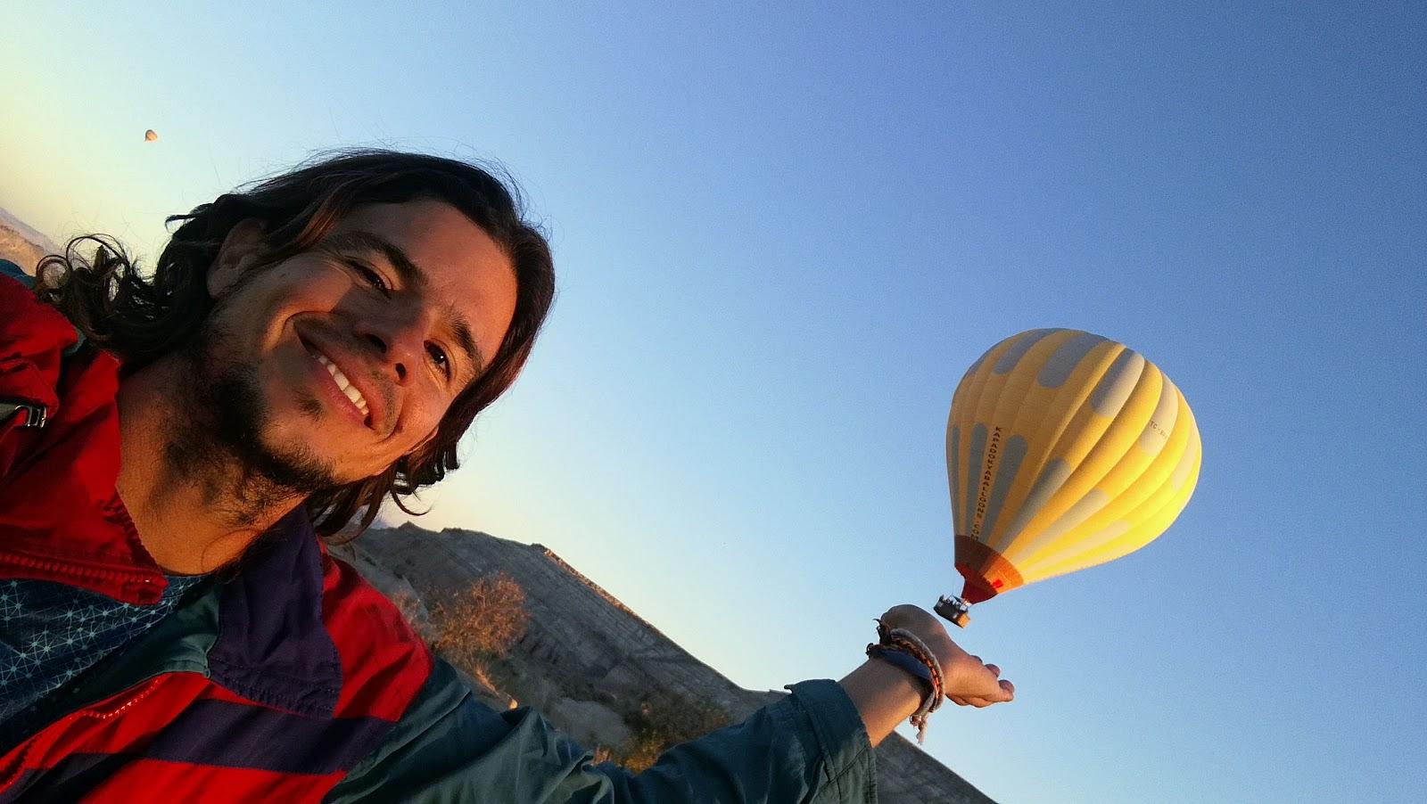 El amanecer con los globos despegando y decorando el entorno
