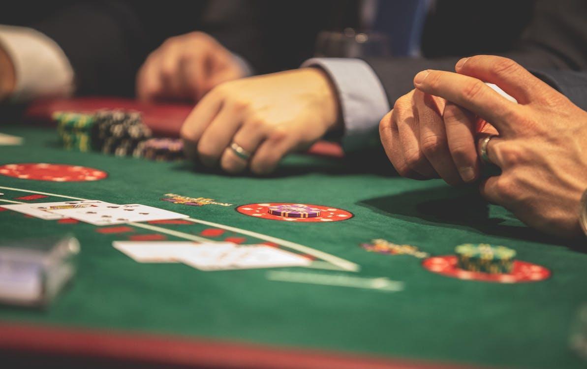 Persona Jugando Al Póquer