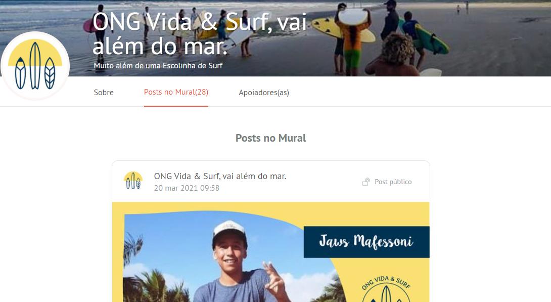 """Print de tela da página de campanha de crowdfunding ONG """"Vida e Surf, vai além do mar"""", no site da APOIA.se. Na parte superior, há o título da campanha sobre a fotografia de uma praia, onde se vê homens e mulheres segurando pranchas de surf"""