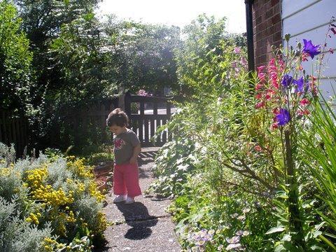 C:\TRABALHO\vanessasc\Maria Luiza e Clarissa\Maria Luiza - 2007\Maria Luiza - 2007 - 7\Reino Unido\No jardim 1.jpg