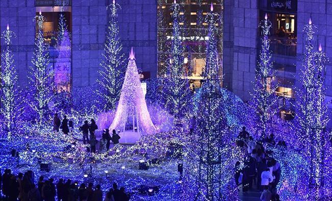 Không gian đẹp lung linh với vô vàn ngọn đèn sáng rực trong hoạt động trưng bày mang chủ để Blue Canyon nhằm chào đón Giáng sinh và năm mới 2016 ở Tokyo, Nhật Bản.