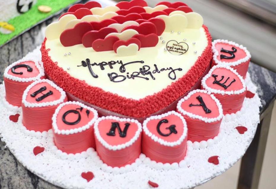 Thắp nến trên bánh sinh nhật nhằm bày tỏ sự tôn thờ tới vị nữ thần Mặt Trăng