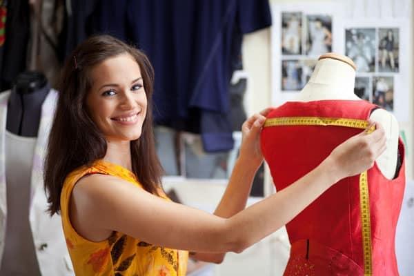 Женщина делает замеры для выбора одежды из Италии