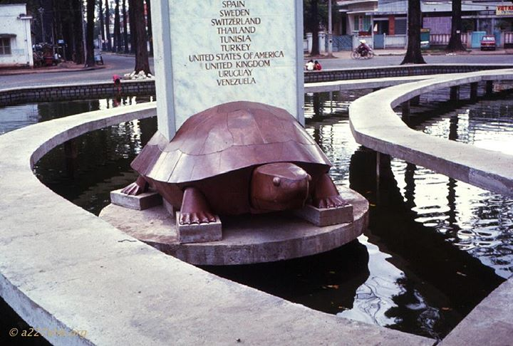 Saigon 1972 - Hồ con rùa và hình con rùa thuở còn nguyên vẹn.Con rùa trong hình là lời giải đáp cho câu hỏi của nhiều bạn