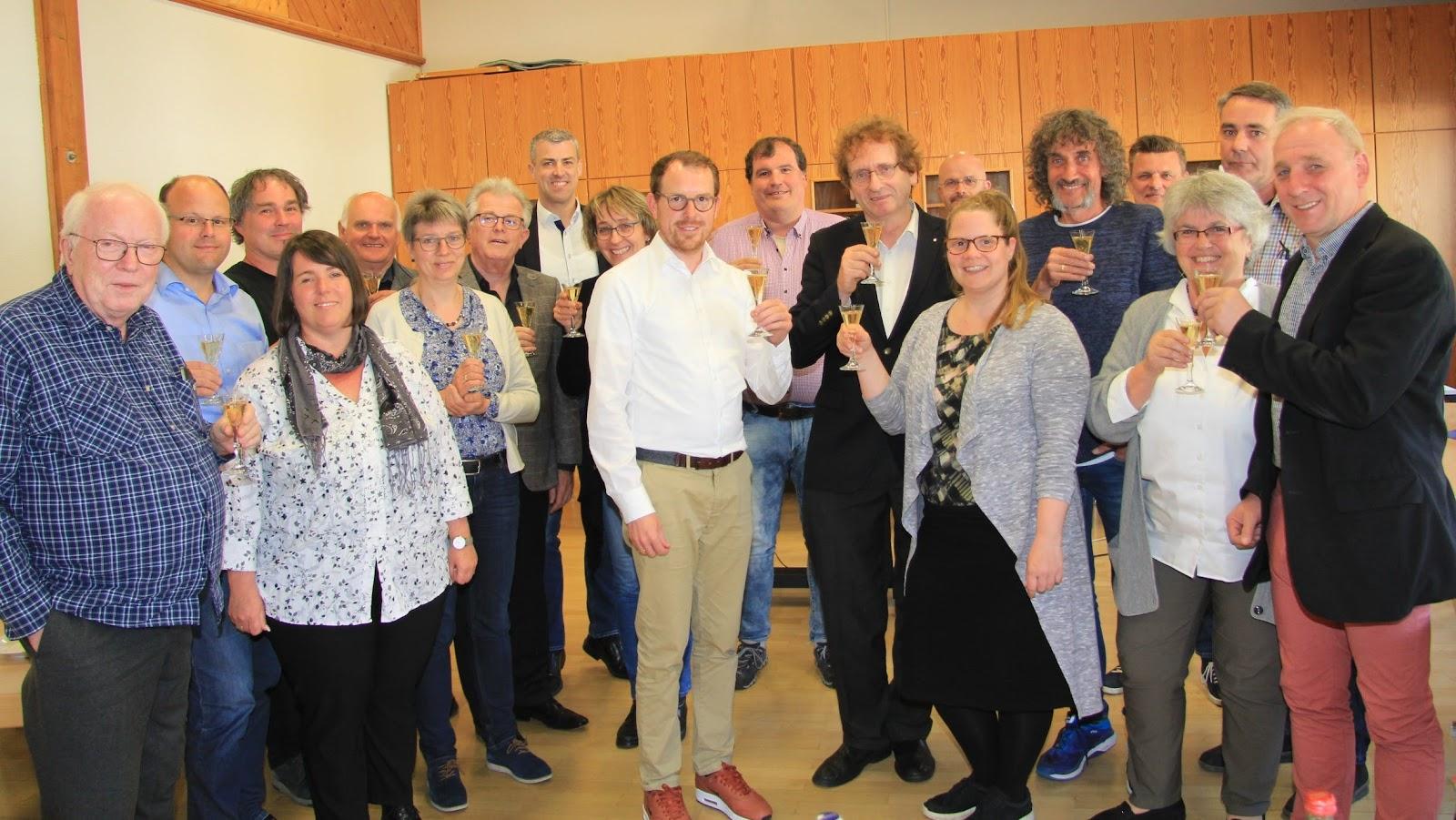 施特勞本哈爾特市政委員會對市長Helge Viehweg(中)、C2C理念創始人Michael Braungart教授(中右一)和德國C2C協會的Christina Linke(中右二)在該市推行C2C設計的決定感到滿意。