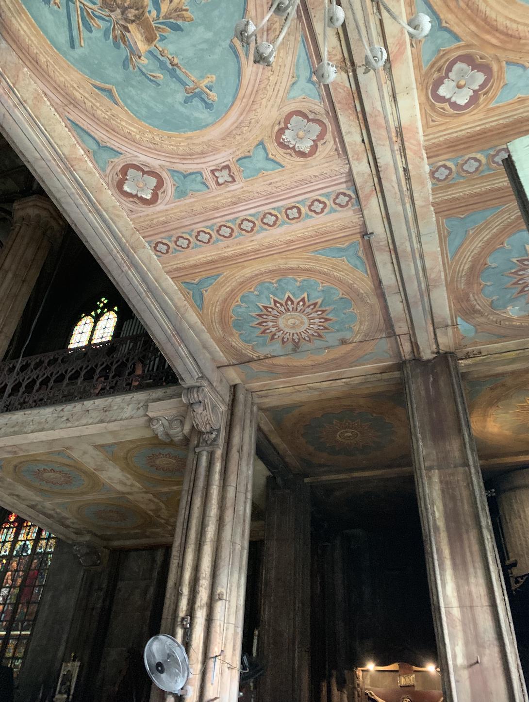 Lukisan dan Jendela Horizontal pada Minor Basilica of San Sebastian