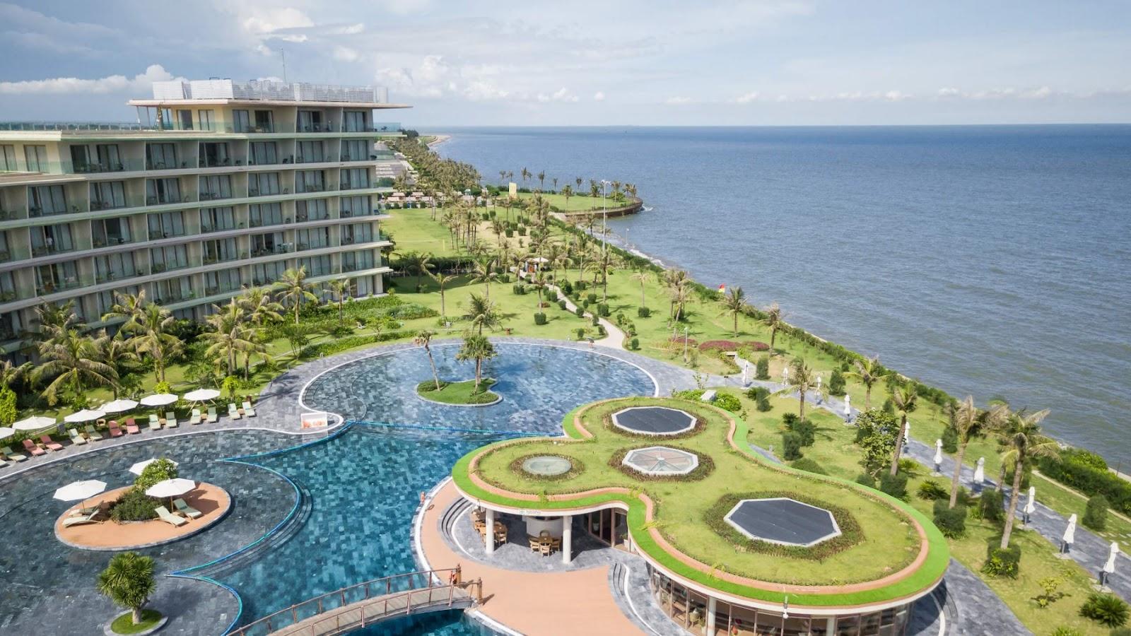 Một góc bể bơi FLC Luxury Hotel Sầm Sơn
