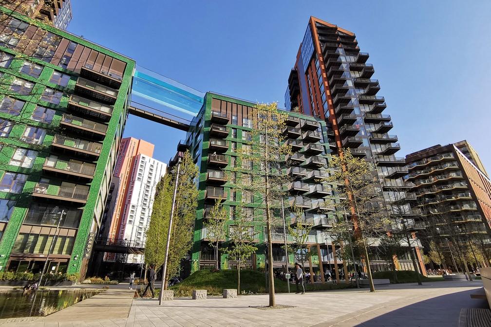Piscina de acrílico transparente fixada entre dois blocos de apartamentos em Embassy Gardens, em Londres — Foto: Justin Tallis/AFP