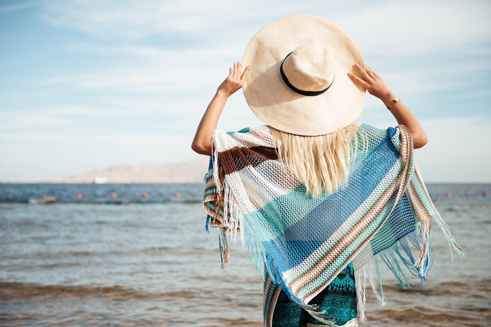 Îți vei petrece concediul la mare? Află ce NU trebuie să îți lipsească din geanta de plajă!