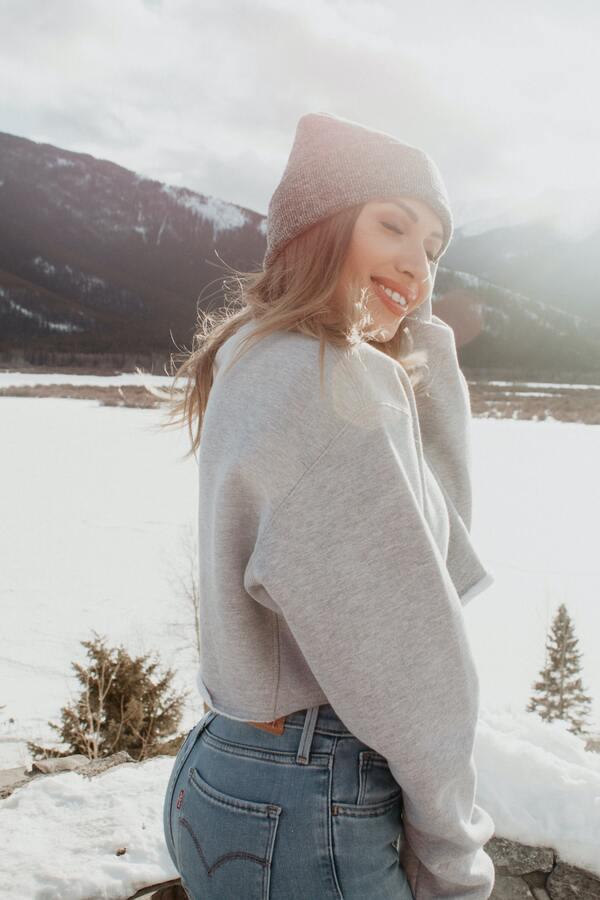 foto de uma mulher posando com neve de fundo