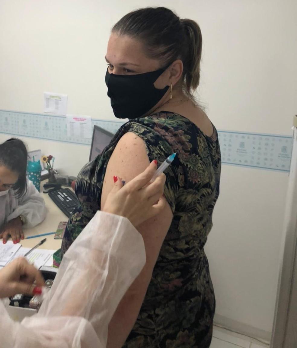 Talita tomou a primeira dose da vacina em fevereiro com 34 semanas de gestação — Foto: Talita Mengali /Arquivo Pessoal