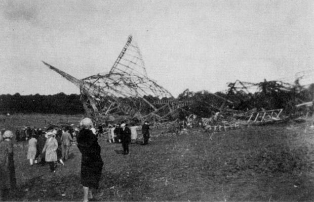R101, построенный в1929 году, был крупнейшим британским жёстким дирижаблем вистории. 5октября 1930 года разбился, выполняя межконтинентальный перелёт. Из-за ошибки конструкции, обшивка дирижабля несмогла противостоять сильному ветру, оказались повреждены газовые баллоны иR101 рухнул. Погибло 48 человек из54, находящихся наборту.