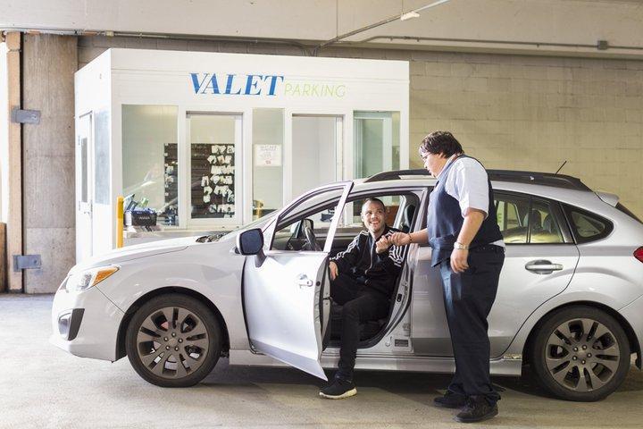 iah-parking-valet-parking-handing-keys-to-attendant-001-1603.jpg__720x480_q85_crop_subsampling-2_upscale.jpg