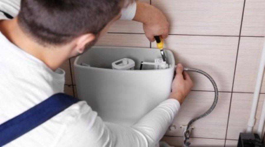 loodgieter repareert een toilet