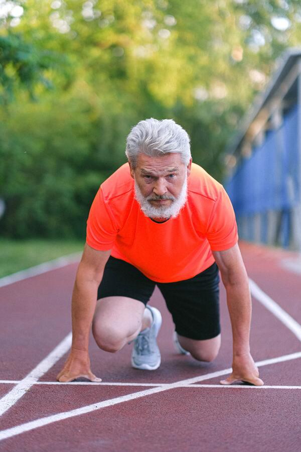 Foto de um homem velho se preparando para correr