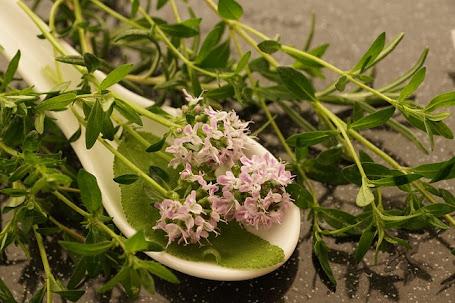Té de tomillo, manzanilla y limón, remedio para el acné