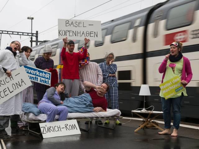 Activists on the platforms in Zürich to protest against reduction of night trains. Similar actions are planned Europe-wide on the 19-21st of June.