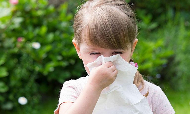 Trẻ hắt hơi sổ mũi do dị ứng